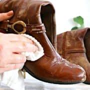 پاک کردن آلودگی های چکمه چرمی با کمک پارچه و مخلوط آب و صابون کاستیل
