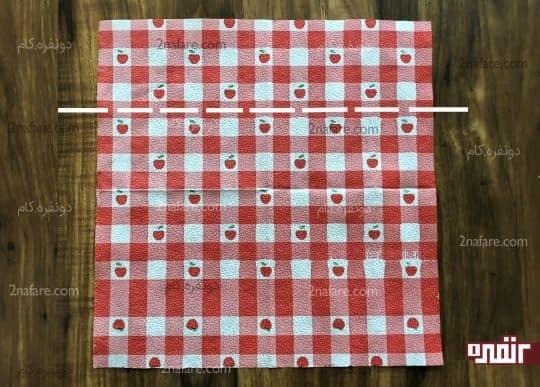 تا زدن دستمال مربعی اتو کرده از محل خط چین