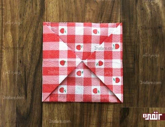 تا زدن گوشه های مثلثی و ایجاد یک مربع کوچکتر