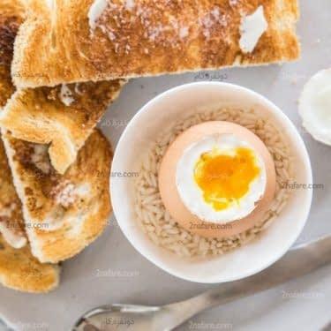 استفاده از برنج برای نگه داشتن تخم مرغ عسلی در کاسه