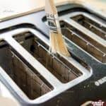 روشی آسان برای تمیز کردن توستر نان