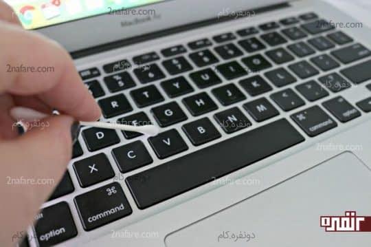 تمیز کردن دکمه های لپ تاپ با استفاده از گوش پاک کن