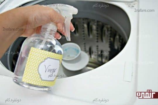 اسپری کردن سرکه به تمامی قسمت های ماشین لباسشویی
