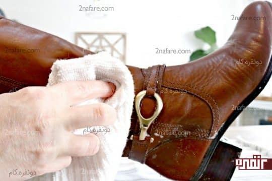خشک کردن چکمه چرمی با استفاده از یک پارچه تمیز