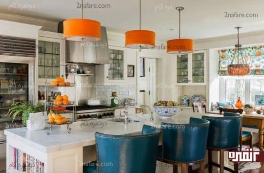 آشپزخانه ای زیبا با چراغ آویزهای نارنجی