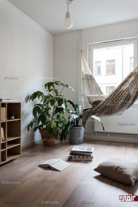 اتاقی مدرن و آرام با صندلی ننویی