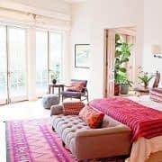 اتاق خواب سبک بوهو با فرش سنتی و خوش رنگ
