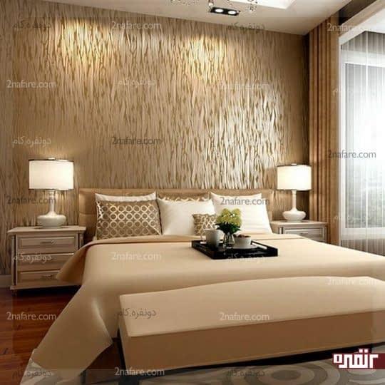 اتاق خواب گرم و دنج با کاغذدیواری متالیک طلایی