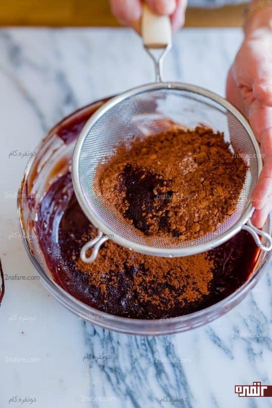 اضافه کردن زرده تخم مرغ و پودر کاکائو
