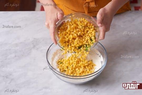 اضافه کردن ذرت و پیازچه به مواد خشک