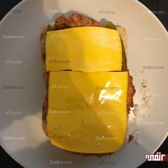 اضافه کردن مرغ سوخاری و پنیر
