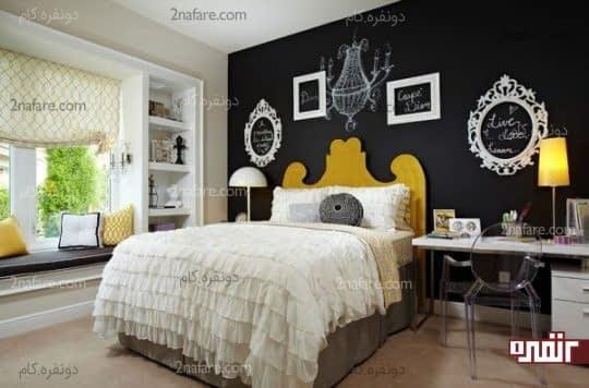 دیوار مشکی پشت تخت خواب و تزیین با قاب های خالی سفید رنگ