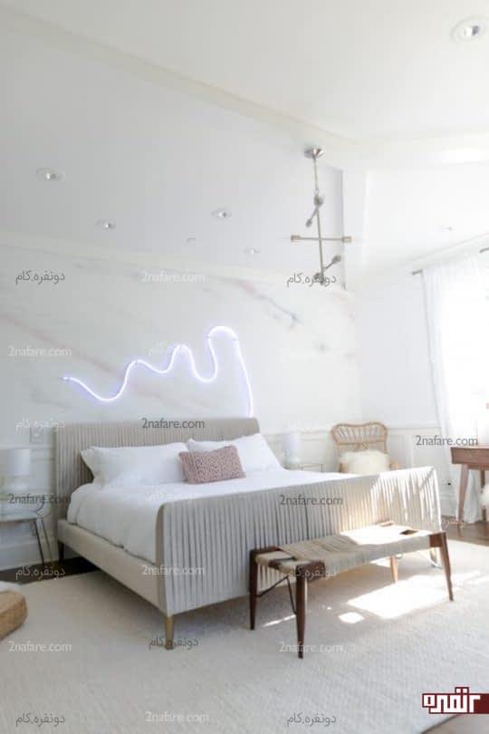 تزیین مدرن و متفاوت با نوار نئونی در بالای تخت خواب