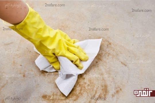 تمیز کردن مواد باقی مونده با دستمال توالت