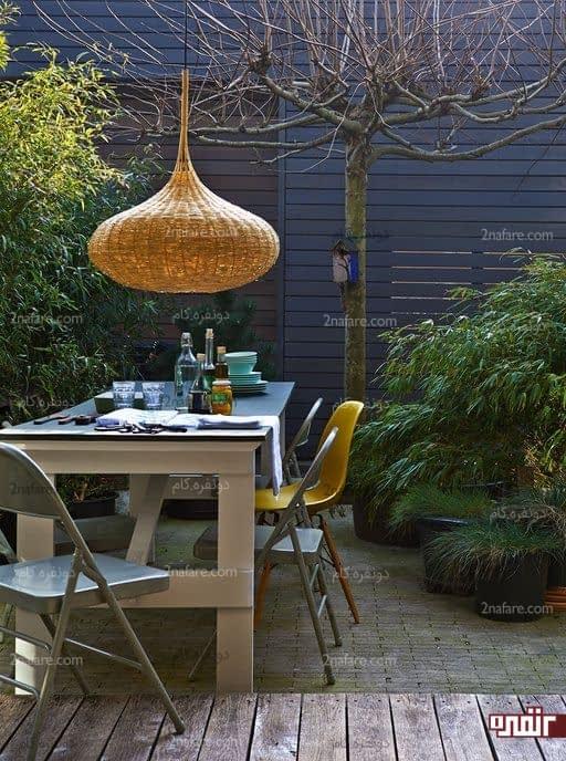جذابیت ناهارخوری مدرن حیاط با لوستر سبدی