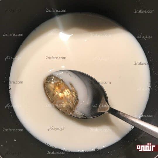 حل کردن عسل داخل شیر