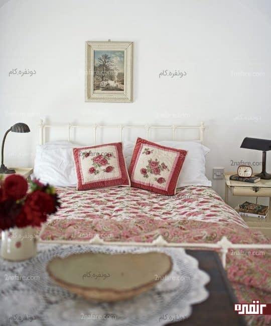 دیوار سفید اتاق خواب و رنگ های جذاب در سایر قسمت های اتاق