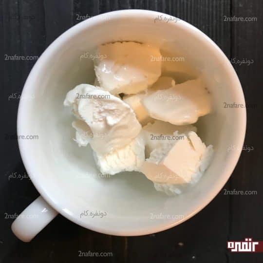 ریختن بستنی داخل فنجان