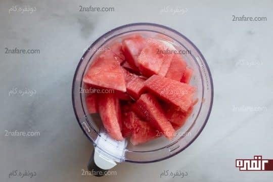 ریختن هندوانه های خرد شده در مخلوط کن