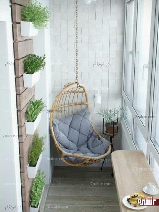 صندلی آویز و گلدان های دیواری در تراس