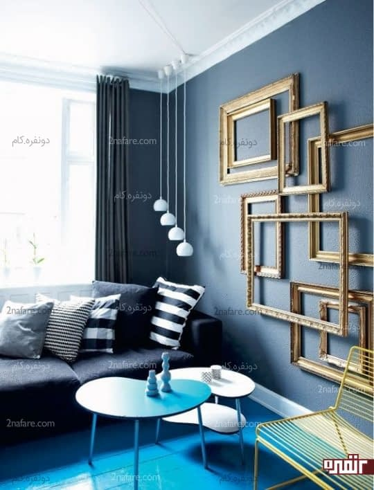 قابهای طلایی رنگ برای تزیین دیوار آبی در دکوراسیون اتاق نشیمن