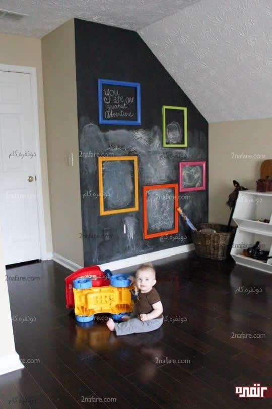 قاب های رنگی و خالی روی دیوار سیاه اتاق کودک