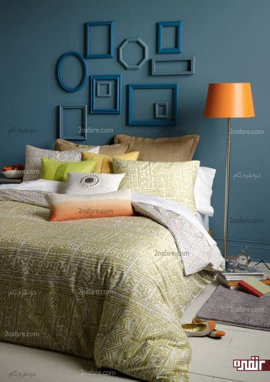 قاب های چوبی و ساده با طرح های هندسی در تزیین دیوار اتاق خواب