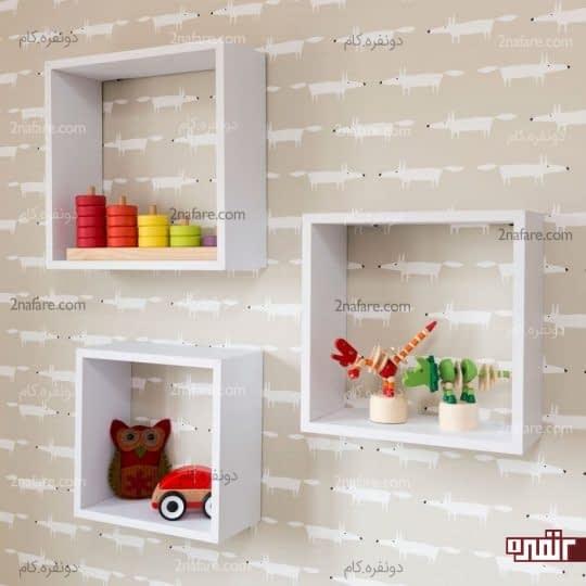 قفسه های دیواری نصب شده روی دیوار طراحی شده ی اتاق کودک