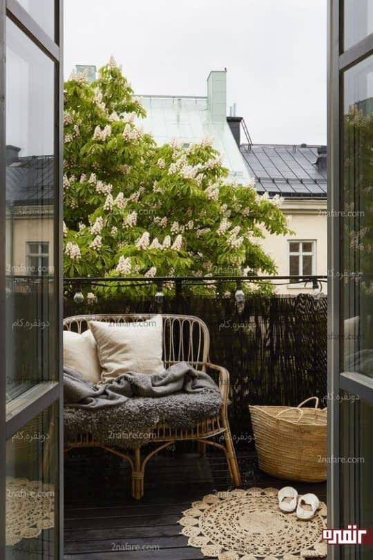 مبلمان حصیری و پتوی قلاب بافی زیبا برای استفاده در تراس خانه