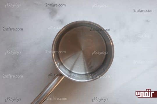 مخلوط کردن آب و شکر و تهیه سیروپ