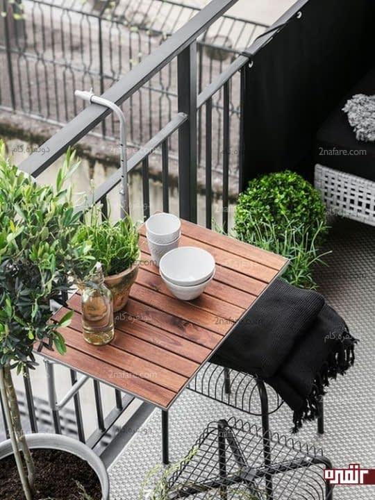 میز تاشوی نصب شده روی نرده های تراس