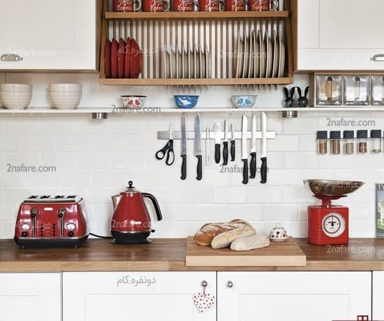 چیدمان لوازم آشپزخانه روی دیوار بین کابینت ها