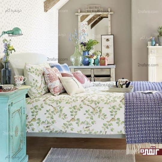 گلدان های شیشه ای و گل های طبیعی برای تیین اتاق خواب