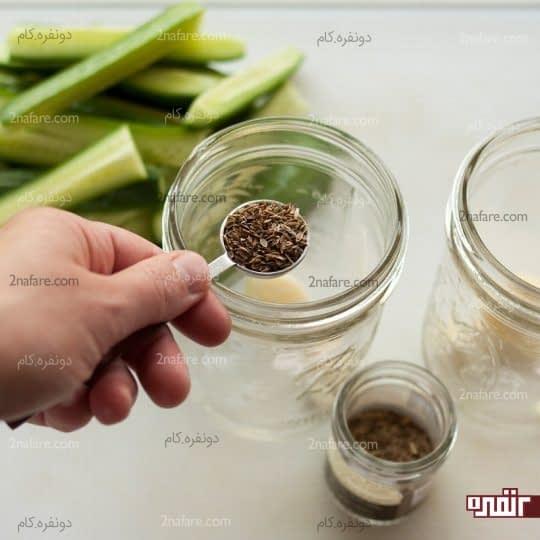 پوست کردن سیر و ریختن تخم شوید درون شیشه