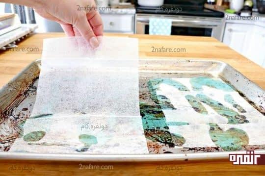 قرار دادن ورقه های خشک درون تابه