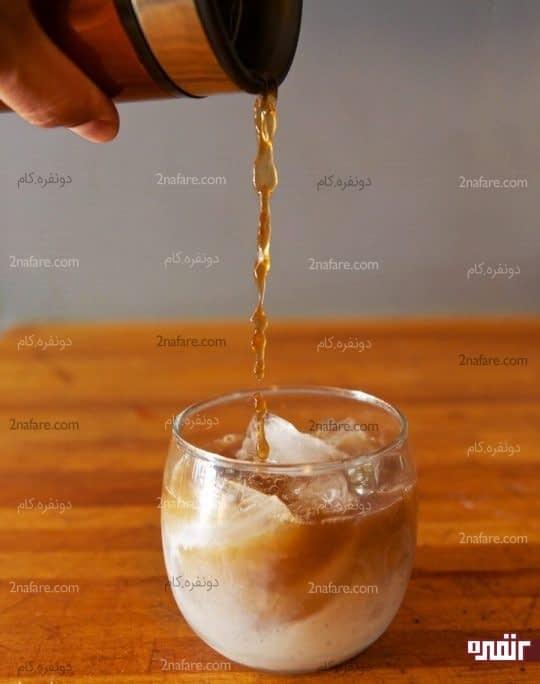مرحله نهایی اضافه کردن قهوه