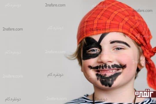 نقاشی دزد دریایی روی صورت کودک