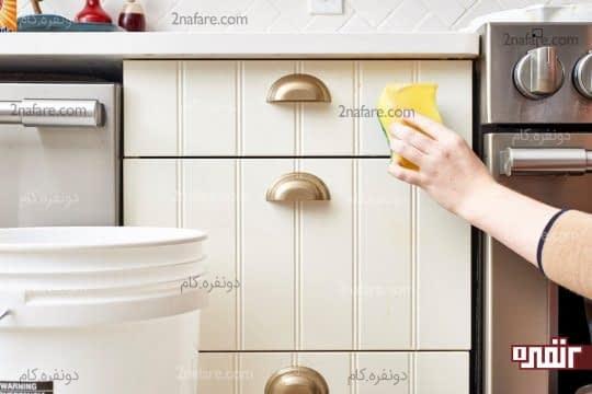 تمیز کردن لکه ها با اسفنج و مایع ظرفشویی