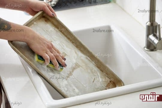 شستن سینی فر یا ظرف غذای سوخته