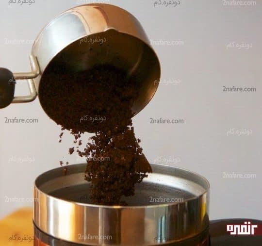 ریختن قهوه خرد شده داخل فرنچ پرس