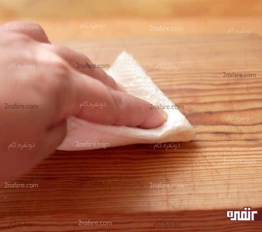 پخش کردن روغن روی تخته چوبی