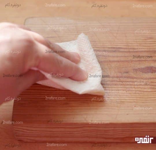 تمیز کردن روغن های اضافی روی تخته برش