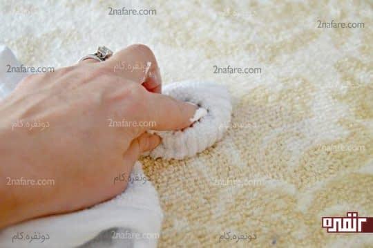 تمیز کردن خمیر فوم با حوله خشک