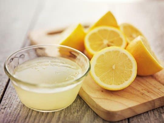 آب لیمو ناخن ها رو روشن و تقویت میکنه