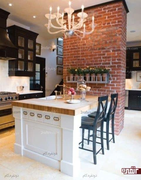 آشپزخانه جادار با طراحی سینک و میزغذاخوری روی جزیره آشپزخانه