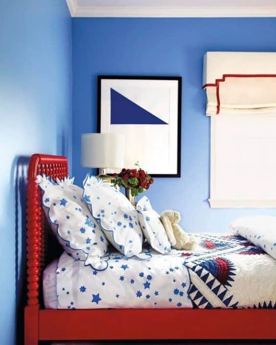 اتاق خواب جذاب با کنتراست زیبای رنگ آبی و قرمز