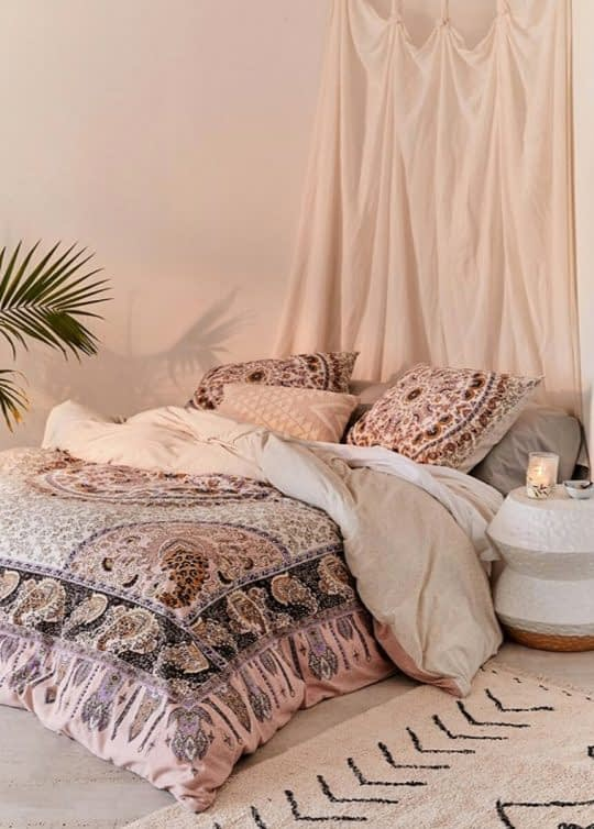 اتاق خواب راحت و آرامبخش با روتختی طرح سنتی