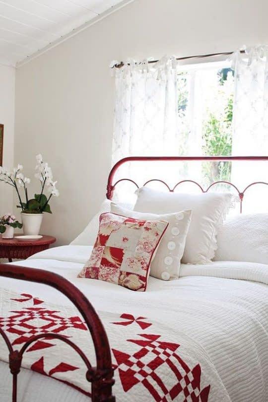 اتاق خواب سفید با تخت و منسوجات قرمز رنگ