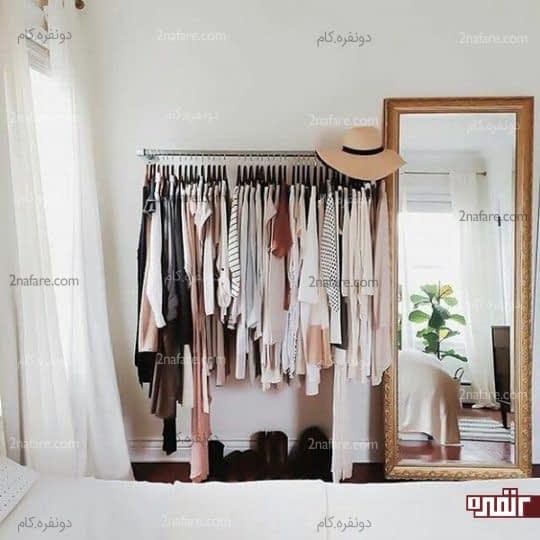 اتاق خواب مرتب با جالباسی و آینه قدی