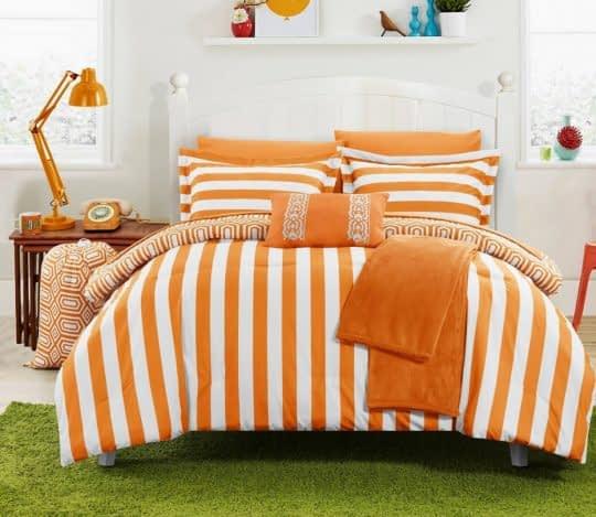 اتاق خواب پرانرژی با روتختی نارنجی رنگ و راه راه